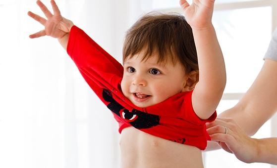 پوشاندن لباس به کودک و درآوردن آن