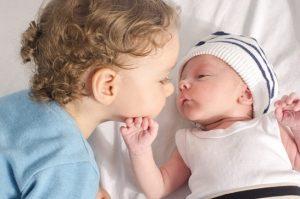 برخورد کودکان بزرگتر با نوزاد