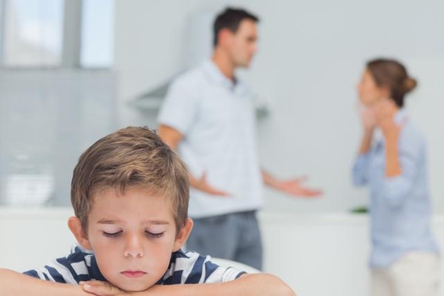 احترام-به-مادر-در-حضور-فرزند-توسط-پدر